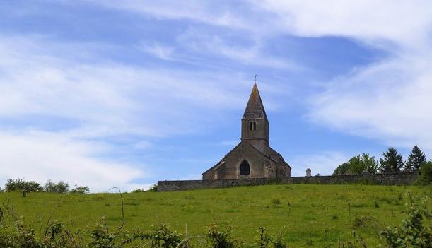 De romaanse kerk in Cersot (Wijn uit Bourgogne)